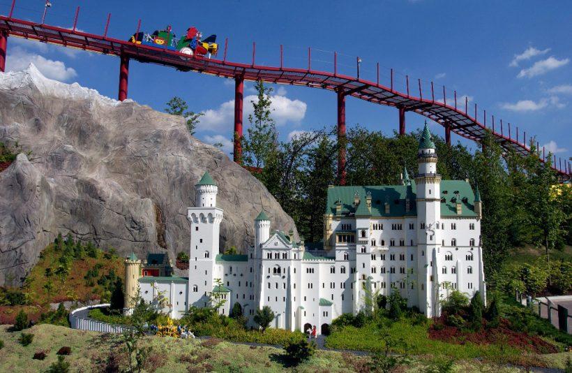 Blick auf Schloss Neuschwanstein mit dem Tret-O-Mobil im Hinterg